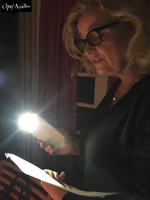 Anna frambringar julens toner i skenet av mobiltelefonen