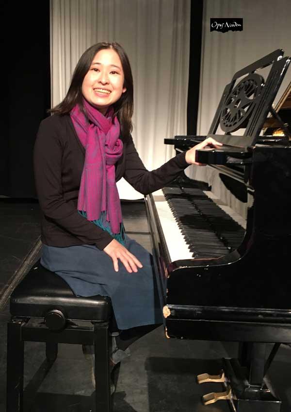 Asuka undervisar de elever som tänker satsa på enn pianokarriere