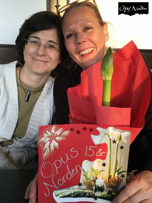 Ragna och Ira firar med en fin blomma från Åsa
