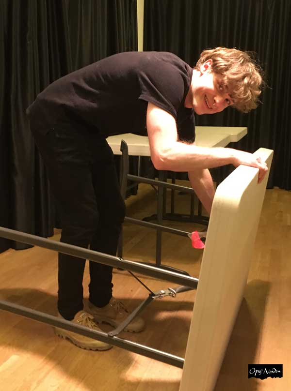 Robban sätter fram bord